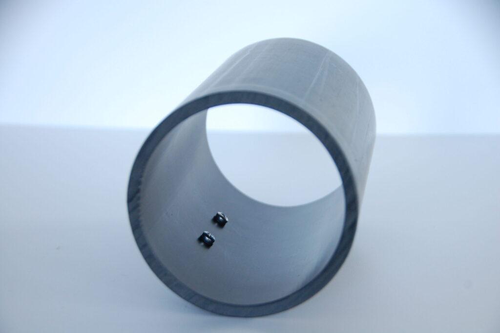 Innenansicht eines Notfallüberlaufes mit Sensor im Rohr